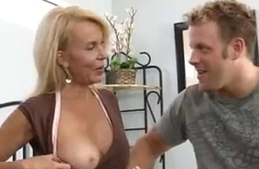 Mature cougar stirred up to get fucked