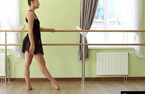 Sexy girl Regina does gymnastic powerful